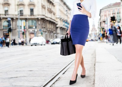 知的なブルーのタイトスカートを履く女性