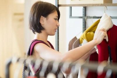 デートに着ていく服を選ぶ女性