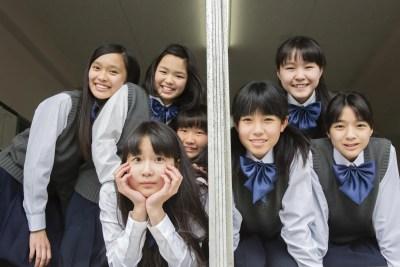 女友達と一緒が楽な女子たち
