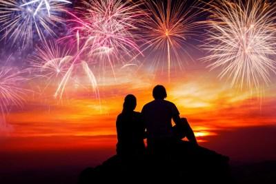 ロマンチックな男性、花火を見る男女