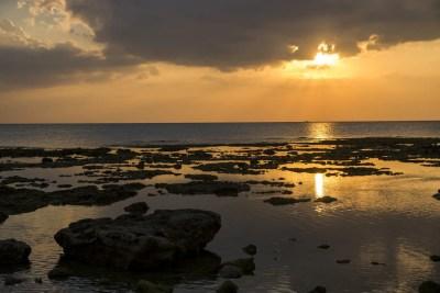 沖縄・瀬長島の海岸の夕景