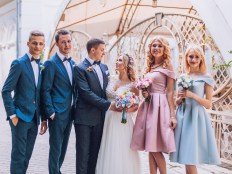 結婚式 ドレスを着たゲスト