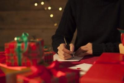 手紙を書くサプライズ