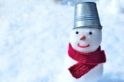 手編みのマフラーをした雪だるま