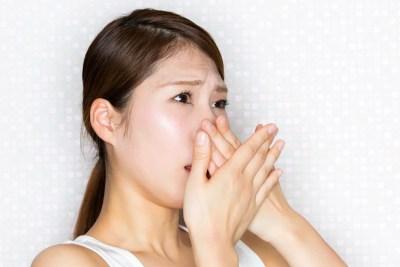 ドライマウスによる口臭を気にする女性