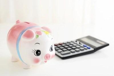 豚の貯金箱と計算機