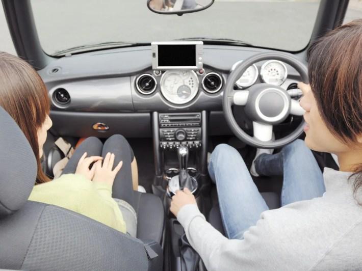 ドライブデートを楽しむ男女