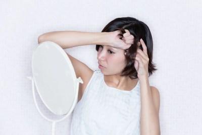 ショートヘア 髪をセットする女性