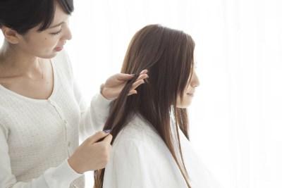美容師と髪のコンディションを確認する様子