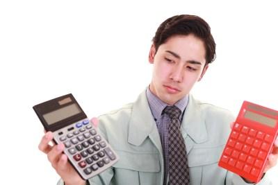 電卓を持つ男 計算が弱いイメージ