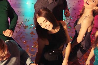 クラブで踊る女性たち