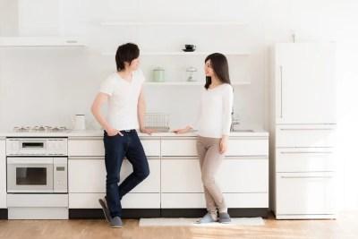 仲の良い会話をする夫婦