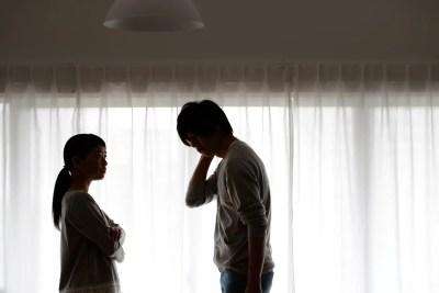 男性を叱る女性