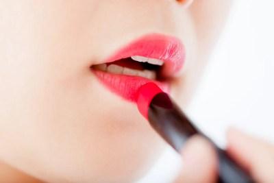 口紅を塗る女性