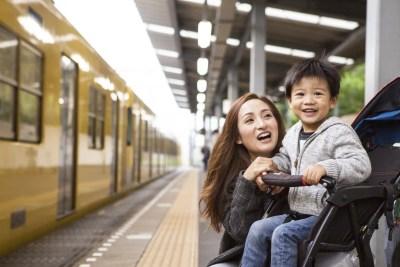 子どもと寄り添う笑顔のシングルマザー