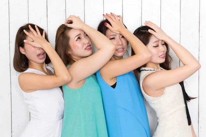 頭を抱える女子