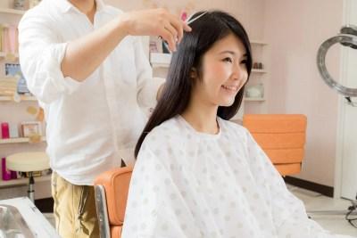 美容院でメンテナンスする黒髪の女性
