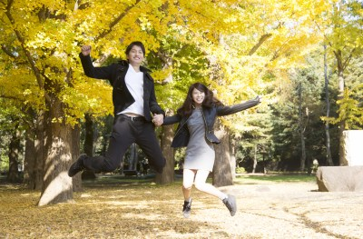 恋活の成功イメージ ジャンプするカップル