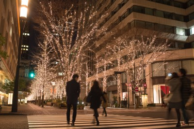 綺麗なイルミネーションが輝く街を歩く男女