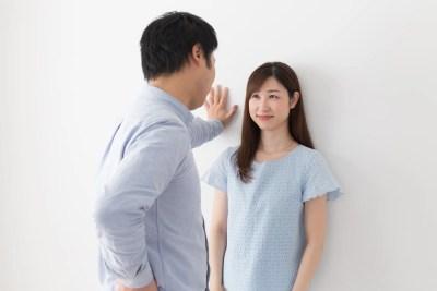 壁ドンする男性と嫌がらない女性