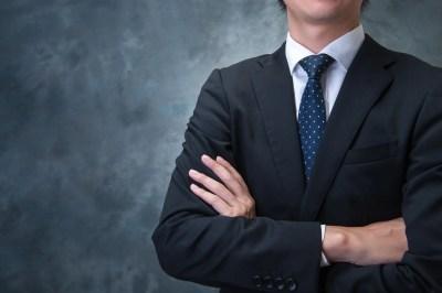 腕を組むビジネスマン 偉そうな態度
