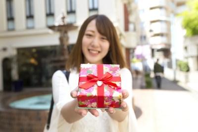 バレンタインにチョコを渡す女性