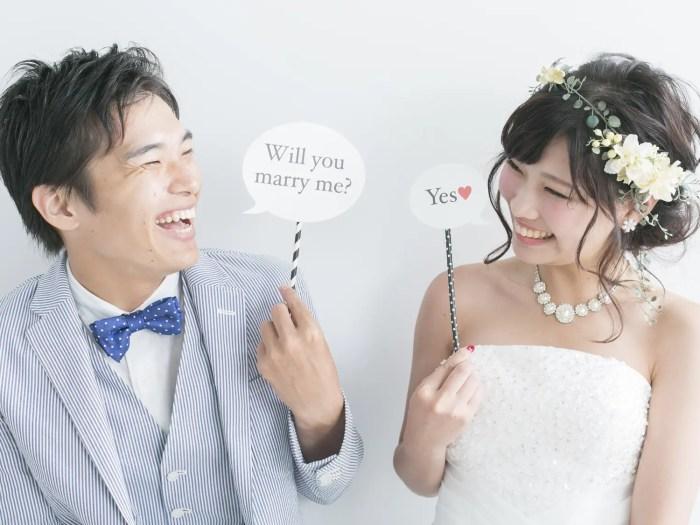 結婚を決めてプロポーズする男性とOKする女性