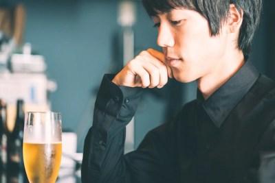 失恋から立ち直れないビールを飲むA型男子