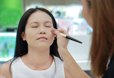 化粧品売り場でメイクしてもらう女性