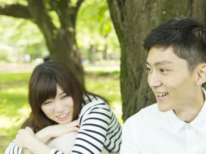 デートを楽しむ大学生のカップル