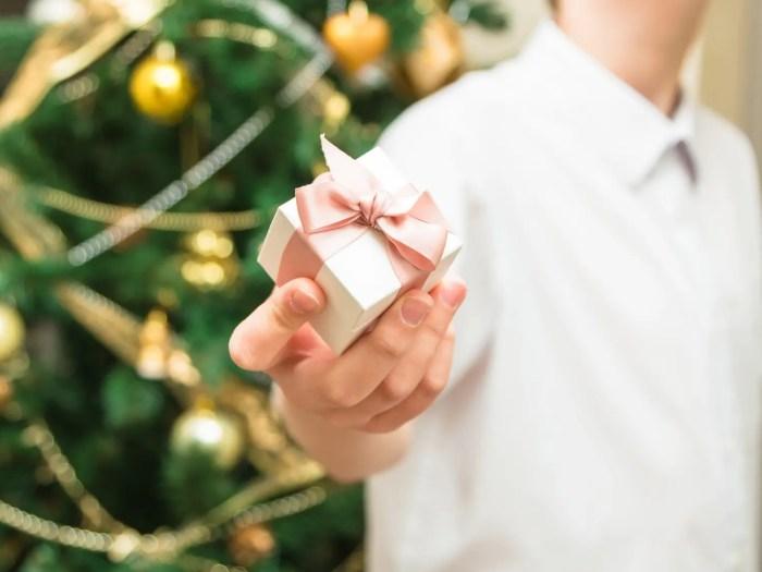 彼女にジュエリーのプレゼントを渡す彼