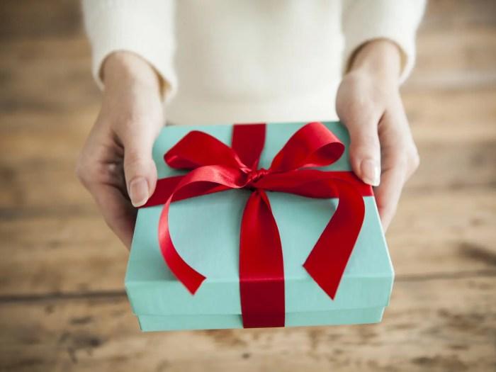 誕生日プレゼントを彼氏に渡す女性