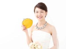 結婚とお金 財布を持った花嫁