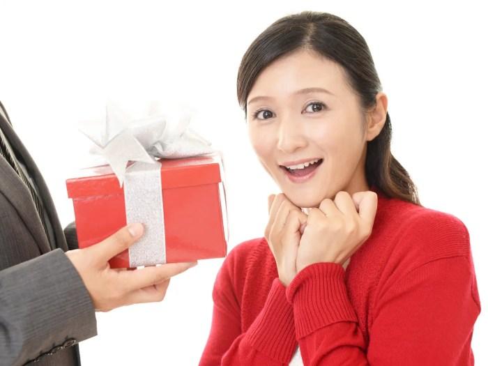 プレゼントを受取り喜ぶ女性