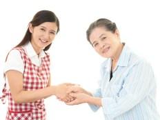 彼の母と握手をする女性