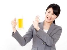 飲み会が嫌いな女性 ビールジョッキを持つ女性
