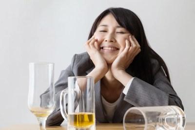 自分のペースで楽しくお酒を飲む女性