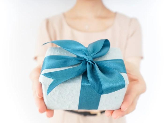 彼氏にプレゼントを贈る彼女