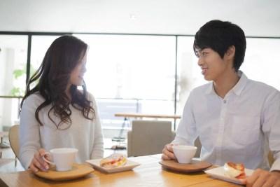 カフェで会話をする大学生