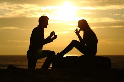 婚約指輪を渡しながらのプロポーズ