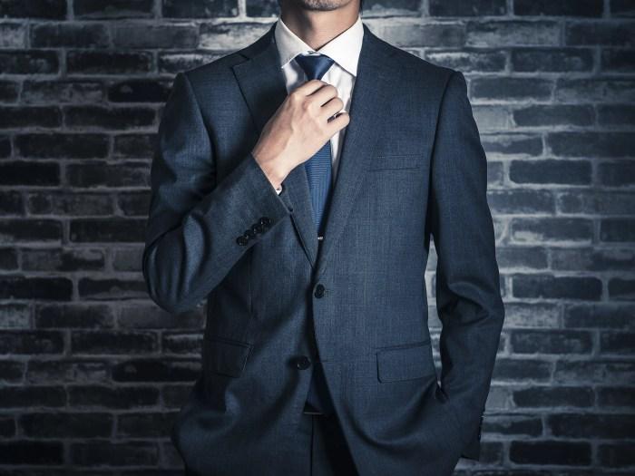 スーツで決めたクールな男性