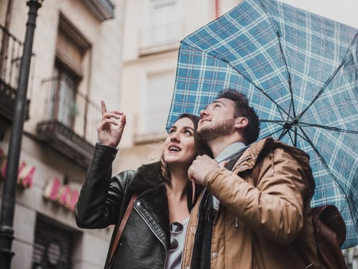 雨の日デートを楽しむカップル