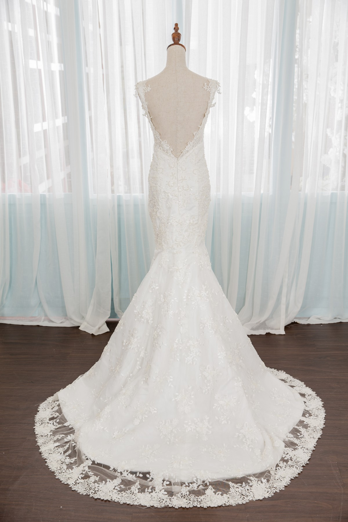 手工婚紗:頂級手工白紗系列。深V大露背極度顯瘦手工白紗