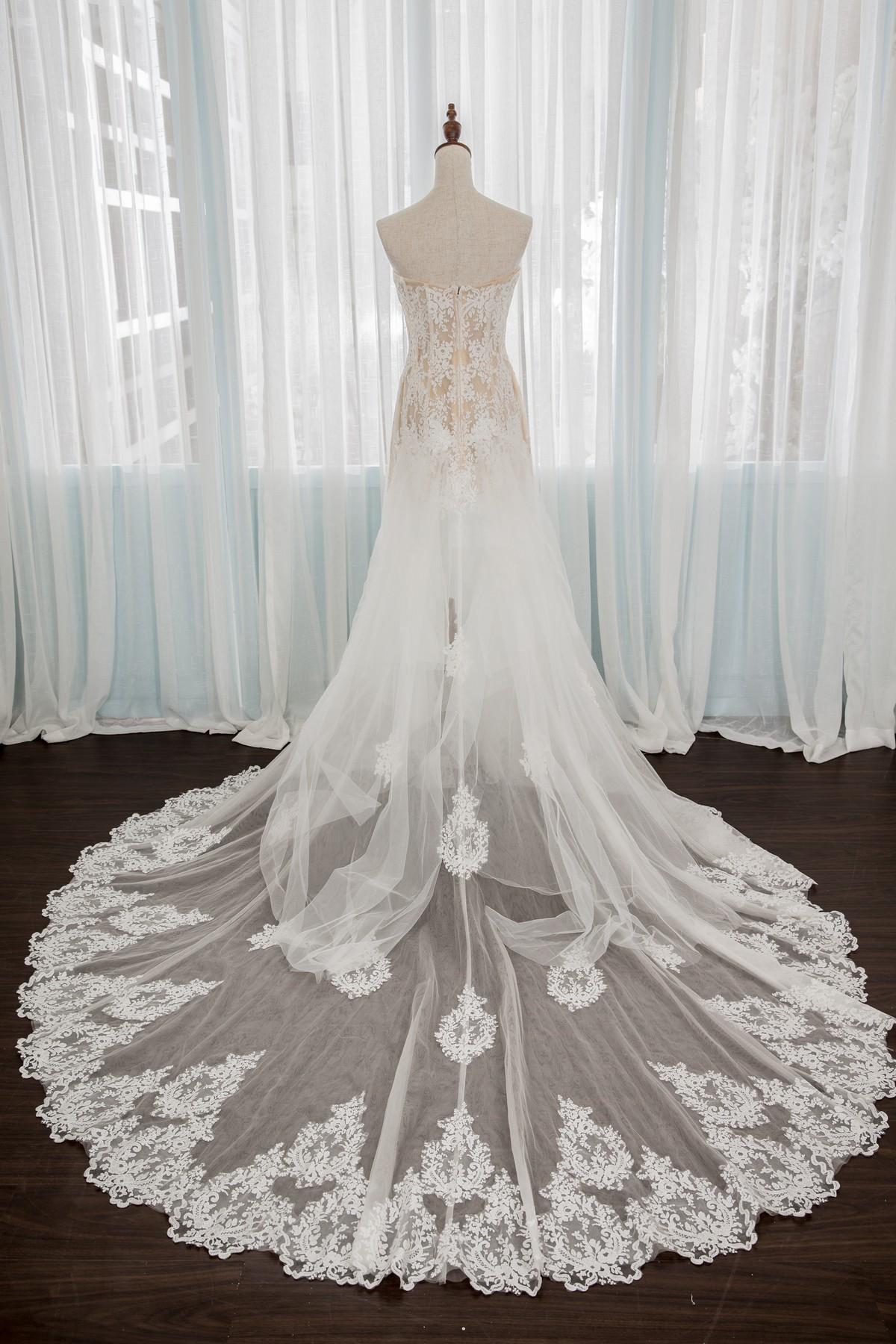 手工婚紗:平口蕾絲袖鏤空美背魚尾白紗。頂級蕾絲氣勢長拖尾