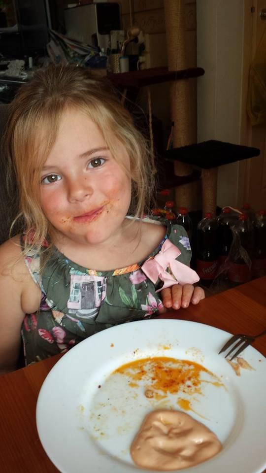 Eva wilde graag bij de buren eten en at daar (wonder boven wonder) zelfs worteltjes! Wat een bekkie!