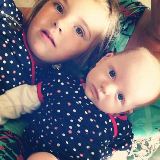 Zusjes hebben soms dezelfde kleren aan. Een lachje kon er niet meer vanaf!