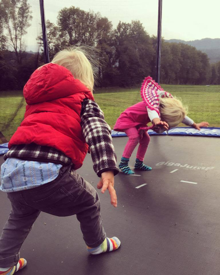 Daarna belanden we natuurlijk bij de buren en doen deze twee kleine peuters gewoon koprollen op de trampoline.