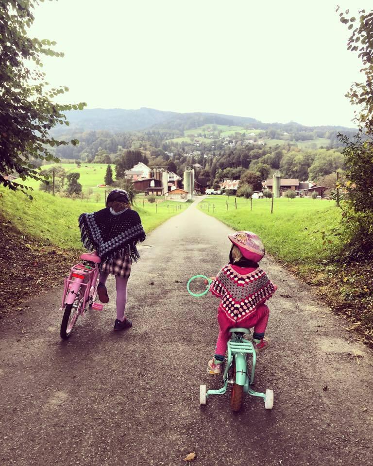 Leuk hoor, twee van die meiden op de fiets