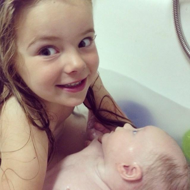 Eindelijk gezellig met zijn twee in bad!