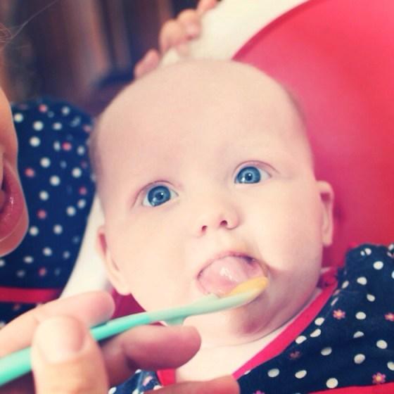 Zondag kreeg Liza haar eerste fruithapje. Ik was helemaal vergeten dat die baby's dat in het begin nog helemaal niet kunnen eten. Echt grappig. LIza vond het trouwens wel erg lekker en voor herhaling vatbaar.